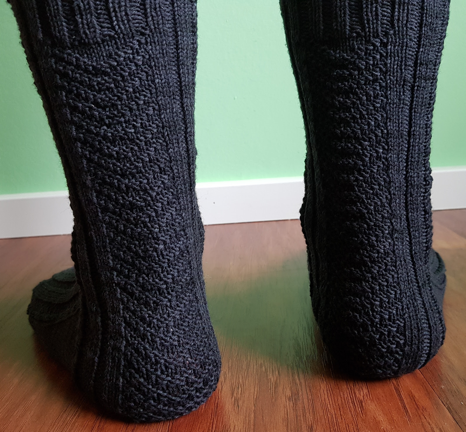 Pretty heel flap - V-Formation free sock knitting pattern by Nadja Senoucci