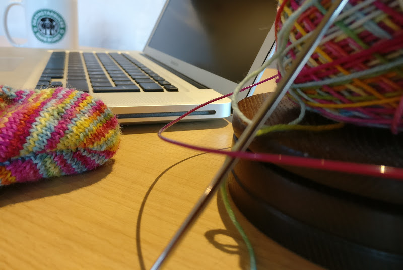 knitting blogger - laptop and knitting
